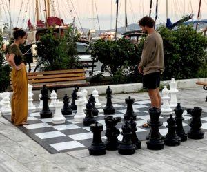 Milos szachy na deptaku